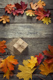 Caixa de cartão amarrada com corda em uma curva em um fundo de madeira mim Foto de Stock Royalty Free