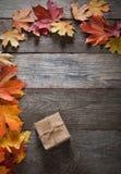 Caixa de cartão amarrada com corda em uma curva em um fundo de madeira mim Foto de Stock