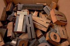 Caixa de cartão com letras de madeira Imagens de Stock