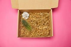 Caixa de cartão do presente Uma protuberância fotos de stock