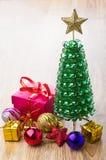 Caixa de cartão vermelha, árvore do brinquedo, bolas do Natal e estrela vermelha Fotografia de Stock Royalty Free
