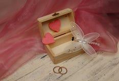 Caixa de casamento com corações e anéis de ouro Imagem de Stock Royalty Free