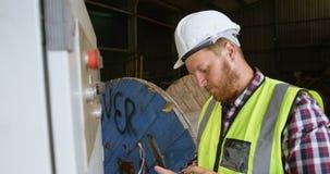 Caixa de controle de controlo do trabalhador masculino ao usar a tabuleta digital 4k video estoque