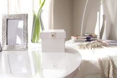 Caixa de couro branca, quadro de prata, e vaso de vidro fotografia de stock royalty free