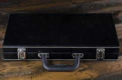 Caixa de couro da microplaqueta de pôquer no fundo de madeira Fotografia de Stock