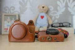 Caixa de couro marrom da câmera do vintage Fotografia de Stock Royalty Free