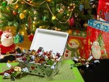 Caixa de Decoupage, doces da sala de estar Árvore de Natal, sacos do presente Fundo obscuro fotografia de stock royalty free