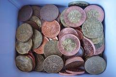 Caixa de dinheiro completamente das moedas da prata, as de cobre e as douradas (coroas checas, CZK) Fotos de Stock Royalty Free