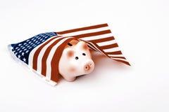 caixa de dinheiro do porco e bandeira dos EUA - crise financeira em Estados Unidos da América Imagem de Stock Royalty Free