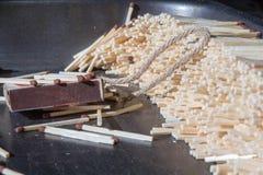 Caixa de fósforos e muitos fósforos ordenadamente empilhados Imagem de Stock