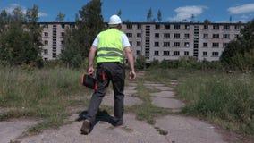 A caixa de ferramentas da tomada do construtor próximo abandonou casas de apartamento velhas video estoque