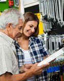 Caixa de ferramentas de And Daughter Holding do pai Imagens de Stock Royalty Free