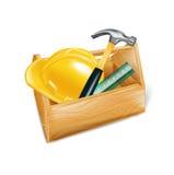 Caixa de ferramentas de madeira com o capacete de segurança, o martelo e a régua isolados Fotografia de Stock Royalty Free