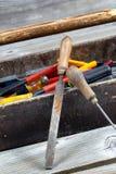 Caixa de ferramentas de madeira velha com ferramentas Foto de Stock