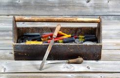 Caixa de ferramentas do vintage enchida com as ferramentas do trabalho Fotos de Stock