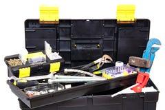 Caixa de ferramentas isolada Caixa plástica preta do jogo de ferramentas com ferramentas sortidos e com os vários pregos, parafus fotos de stock royalty free