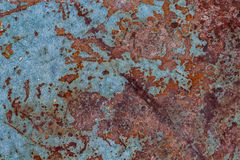 Caixa de ferramentas velha oxidada travada acima do assento em uma madeira imagens de stock