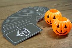 Caixa de fortuna dos cartões de tarô com símbolo Dia das Bruxas na tabela de madeira fotografia de stock royalty free