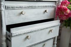 Caixa de gavetas velha com uma caixa prolongada fotografia de stock royalty free
