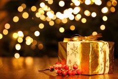 Caixa de Gfit contra o fundo das luzes de Natal imagem de stock royalty free