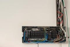 caixa de interruptor elétrica da segurança do interruptor Os disjuntores velhos do circuito na caixa de controle imagens de stock