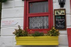 Caixa de janela na Irlanda - loja de café imagens de stock royalty free