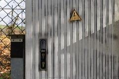 caixa de junção elétrica com fundo da parede e interruptores e cubos imagem de stock