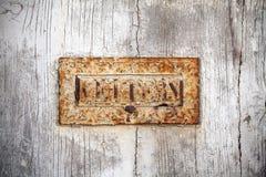 Caixa de letra velha de oxidação na porta de madeira branca Fotografia de Stock Royalty Free