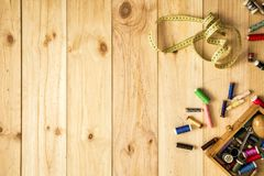 Caixa de linhas do alfaiate, da fita métrica e de costura com as bobinas coloridas para retalhos Imagens de Stock