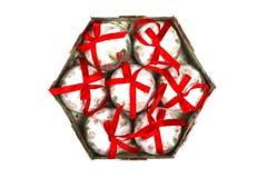 A caixa de madeira bonita encheu-se com as bolas das decorações do Natal, isoladas no fundo branco Imagem de Stock Royalty Free