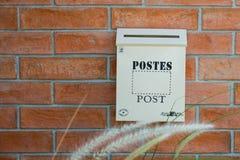 Caixa de madeira branca do cargo na parede vermelha imagem de stock royalty free