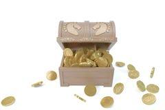 CAIXA de madeira com as moedas do base de dados e de ouro do cataclismo Imagem de Stock