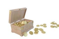 CAIXA de madeira com as moedas do base de dados e de ouro do cataclismo Fotos de Stock Royalty Free