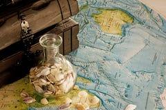 Caixa de madeira com escudos do jarro e do mar Fotografia de Stock Royalty Free