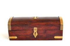 Caixa de madeira com a guarnição de bronze isolada no branco Fotografia de Stock