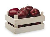 Caixa de madeira com isolatd vermelho das maçãs Imagem de Stock Royalty Free