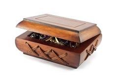 Caixa de madeira com jóia no fundo branco Imagens de Stock