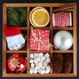 Caixa de madeira com objetos do Natal Fotografia de Stock