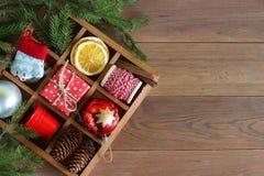 Caixa de madeira com objetos do Natal Foto de Stock Royalty Free