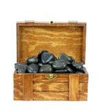 Caixa de madeira com pedras dos termas em um fundo branco Imagem de Stock Royalty Free