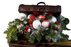 caixa de madeira com presentes do Natal Arca do tesouro do Natal com um ramo do Natal Caixa do vintage sobre ramos do abeto fotografia de stock royalty free