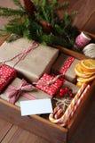 Caixa de madeira com um grupo de presentes do Natal Foto de Stock