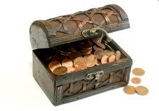 Caixa de madeira completamente das moedas, isolado em um branco Fotografia de Stock Royalty Free