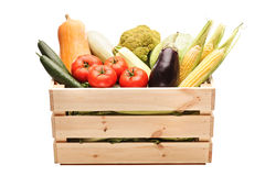 Caixa de madeira completamente de legumes frescos Fotos de Stock Royalty Free