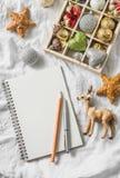 Caixa de madeira de decorações do Natal do vintage e do bloco de notas limpo no fundo claro, vista superior Imagens de Stock Royalty Free