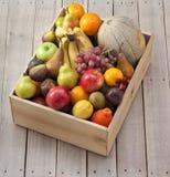 Caixa de madeira do fruto foto de stock