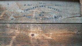 Caixa de madeira escrita de ostras nas latas Foto de Stock Royalty Free