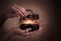 Caixa de madeira mágica com fogos de artifício imagens de stock royalty free
