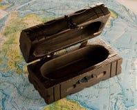 Caixa de madeira no mapa Fotos de Stock