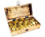 A caixa de madeira ou a arca do tesouro com euro- centavo brilhante inventam imagem de stock royalty free